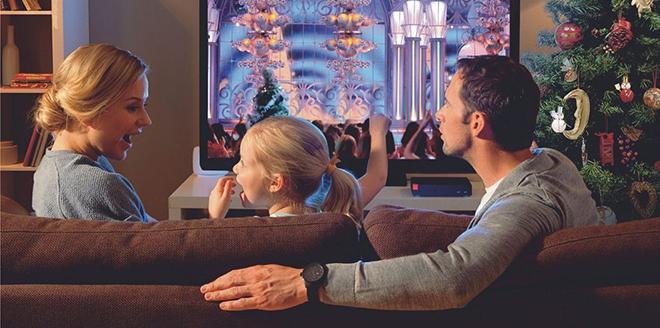 Родители с ребенком смотрят ТВ