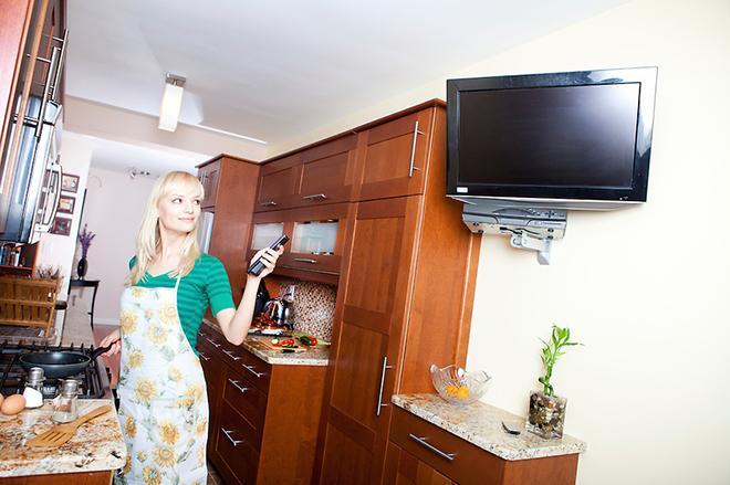 На кухне с телевизором