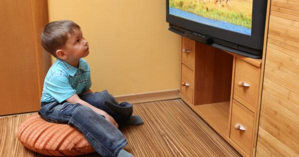 ребенок сидит у телевизора