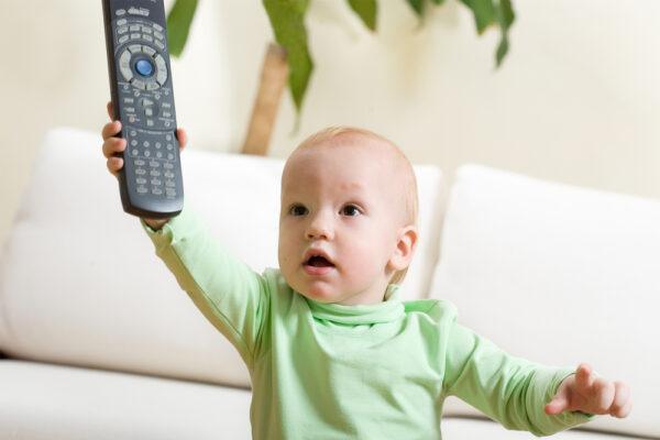ребенок с пультом от телевизора