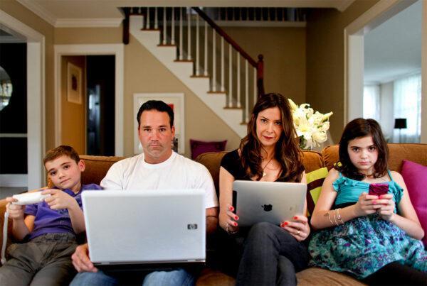Семья за гаджетами